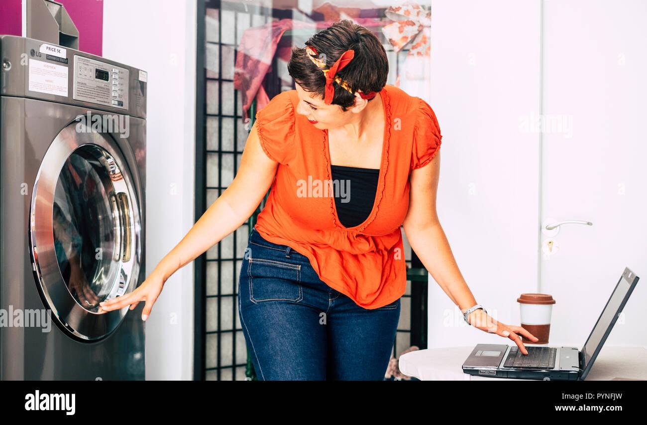 Schöner Moderner Mittleren Alter Frau Kontrolle Der Waschmaschine