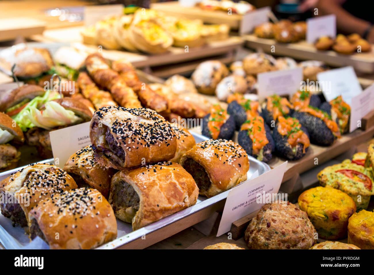 Leckere Wurst, Brötchen und Brotsorten und Brötchen in einem Café/Bäckerei (Gail), London, UK Stockbild