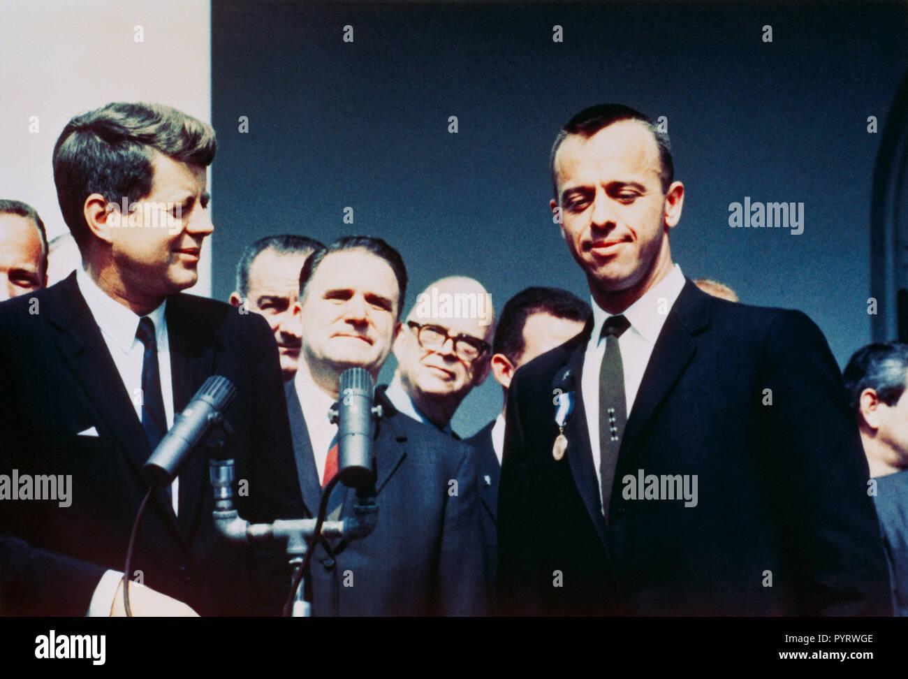 (8. Mai 1961) - - - Präsident John F. Kennedy (links) gratuliert der NASA Distinguished Service Medal Award Empfänger Astronaut Alan B. Shepard jr. in einem Rosengarten Zeremonie am 8. Mai 1961, im Weißen Haus. Vizepräsident Lyndon B. Johnson, NASA-Administrator James Edwin Webb und mehreren NASA-Astronauten sind im Hintergrund. Stockfoto