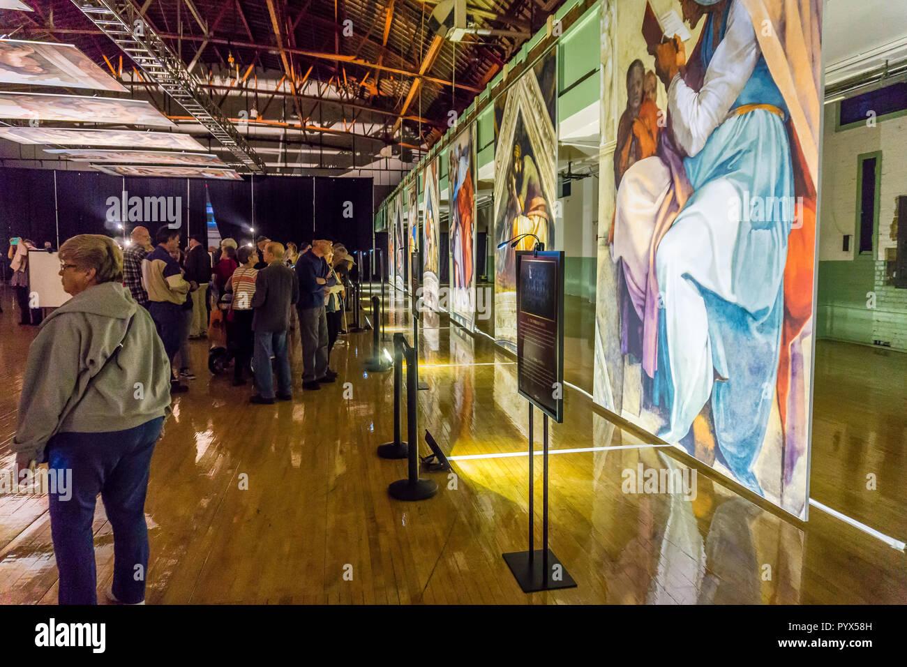 Tacoma, WA, USA - 11. Oktober 2018 Kunstliebhaber schätzen die Behänge an den Michelangelo Sixtinische Kapelle Kunst exhiibit. Die Lage ist die Tacoma Stockbild