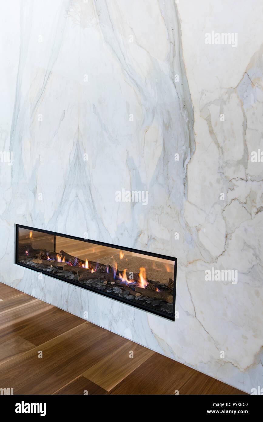Gas Kamin In Marmor Wand Integriert Ist Ein Raumteiler So Dass Feuer Von Beiden Seiten In Modern Eingerichteten Haus Zu Geniessen Stockfotografie Alamy