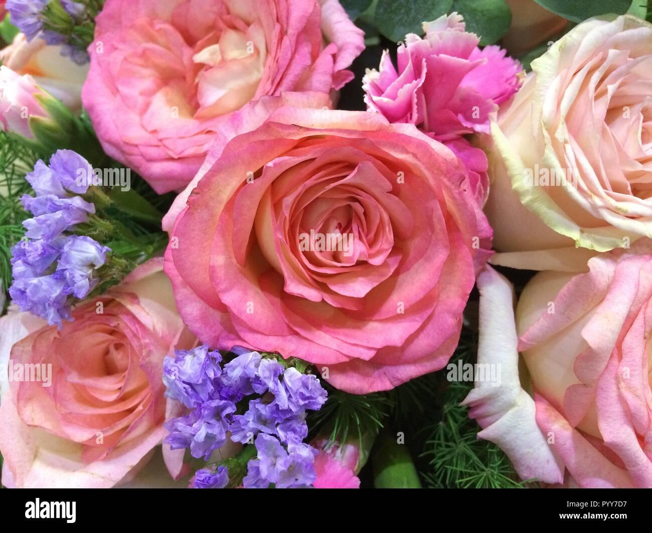 Gemischte Rosen In Einem Floralen Hochzeit Dekoration Stockfoto