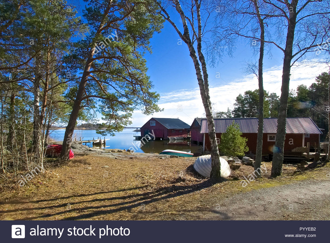 Schweden Ostküste, rote Häuser, blauer Himmel und Wasser Stockbild