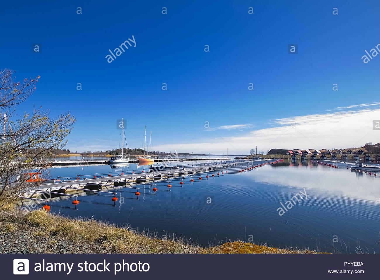 Schwedische Ostküste, ruhigem Wasser und kleine Boote Stockbild