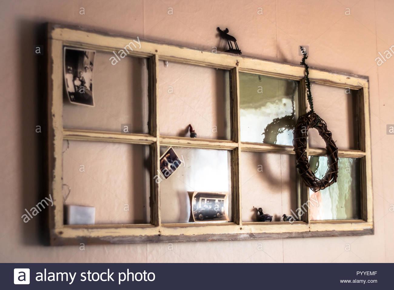 Alte Fenster als Wand Dekoration verwendet werden Stockbild