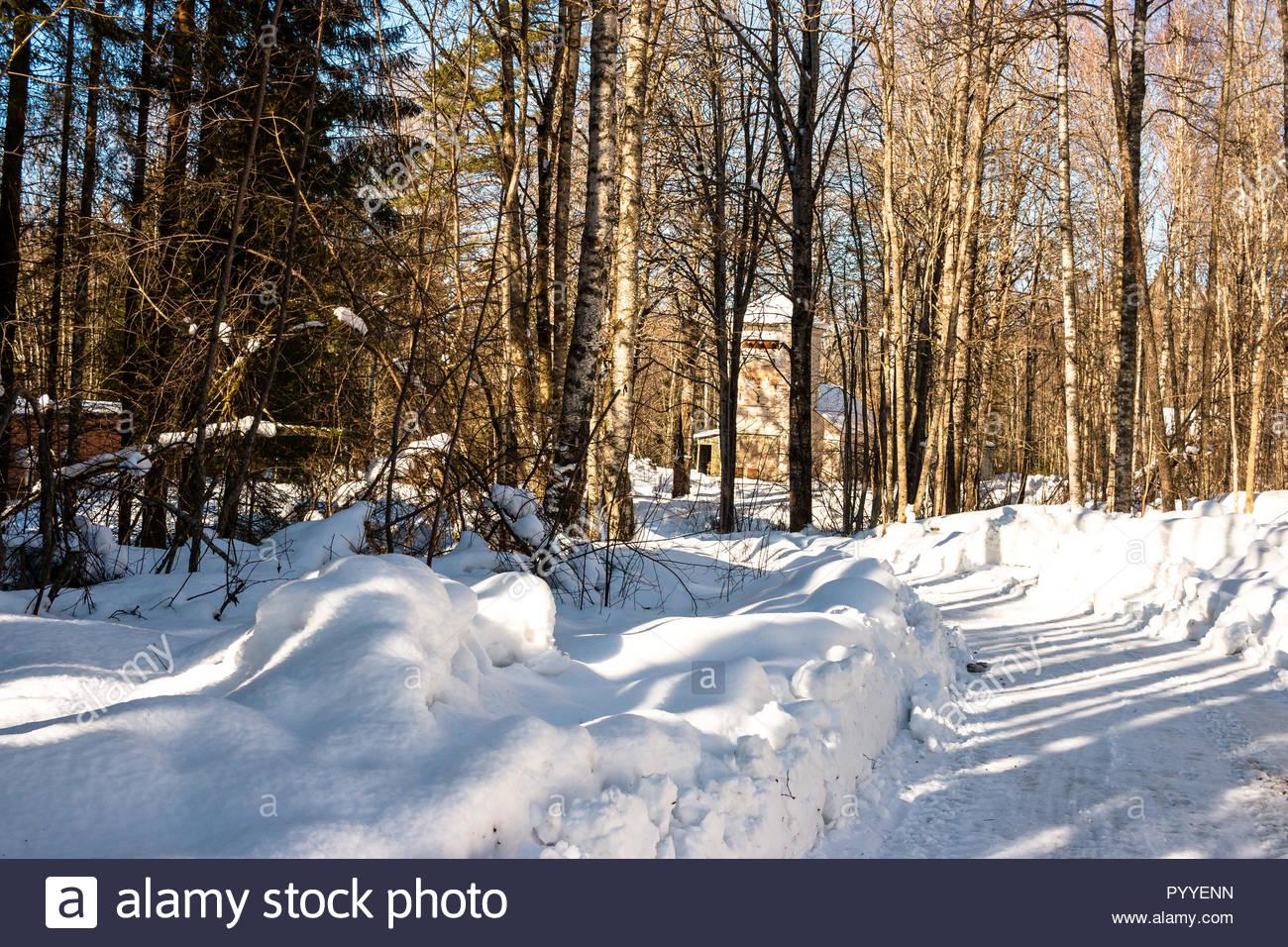 Winter mit viel Schnee und Sonne in Schweden Stockbild