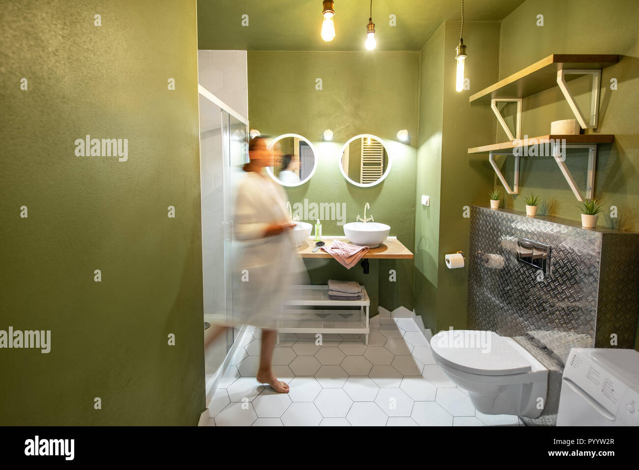 Schone Loft Innenraum Bad Mit Bewegung Verwischt Frau