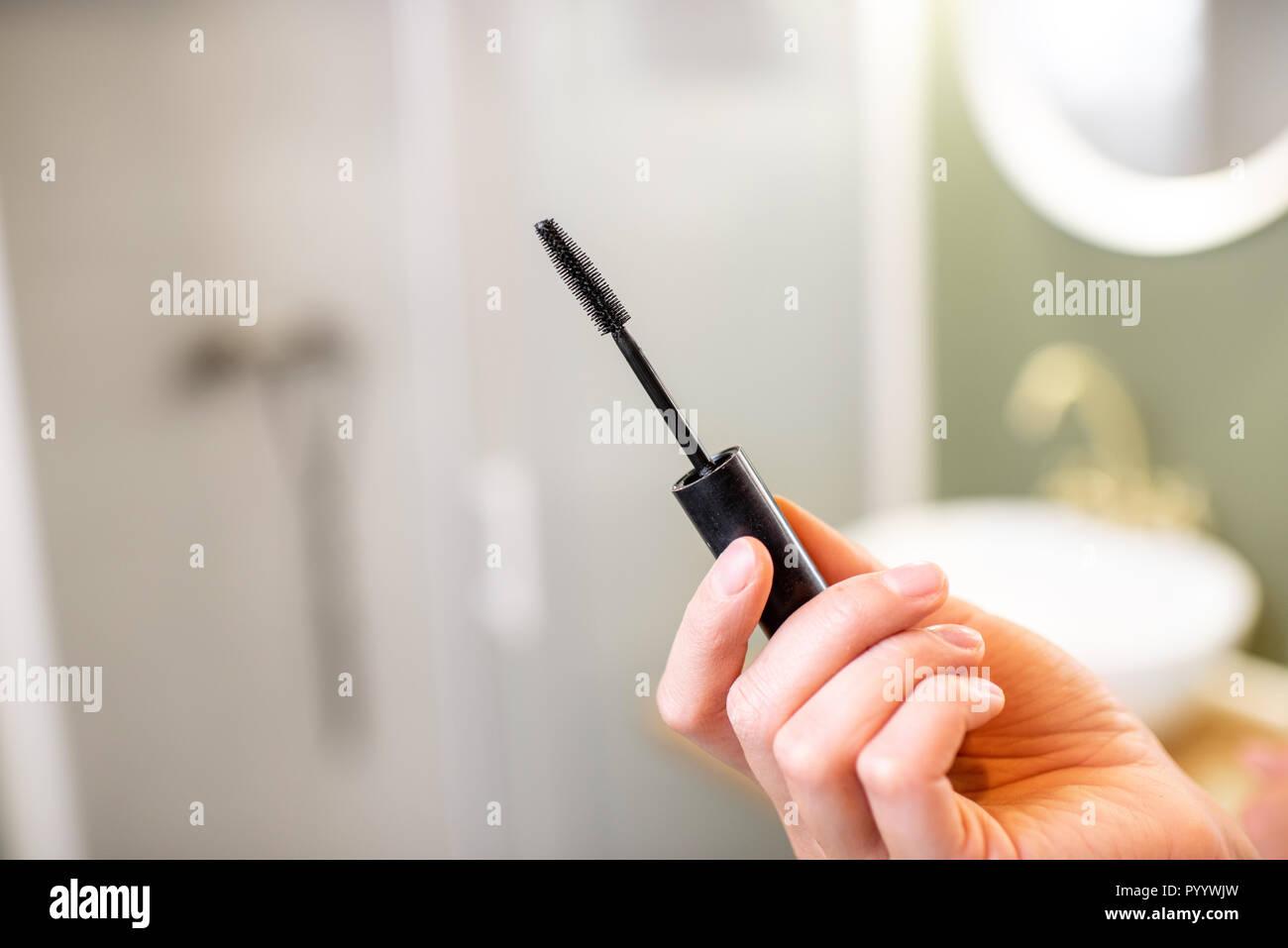 Blick auf den Wimpern Pinsel auf das Badezimmer Hintergrund Stockbild