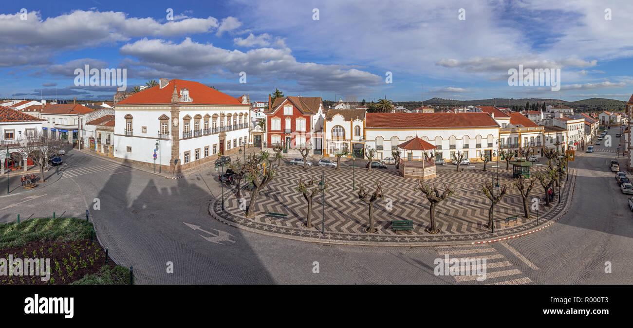 Ändern Chao, Portugal. Largo Barreto Caldeira Platz mit Alamo Palace in der Linken, Musikpavillon und typisch portugiesische Kopfsteinpflaster Stockfoto