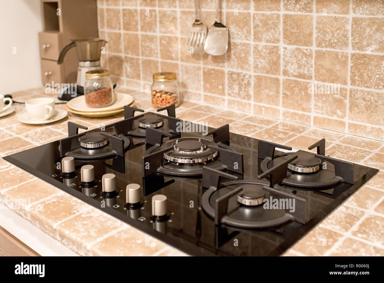 Gasbrenner mit 18 Kochplatten in der Küche Zähler mit Splash Back