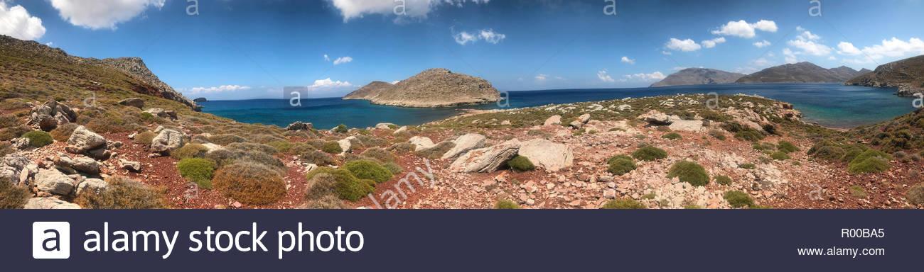 Panorama der Felsen auf den Hügeln von Meer auf Tilos, Griechenland Stockbild