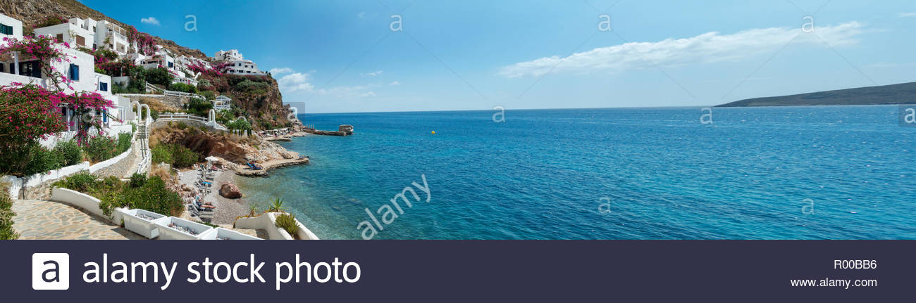 Gebäude, die durch das Meer auf Tilos Insel in Griechenland Stockbild