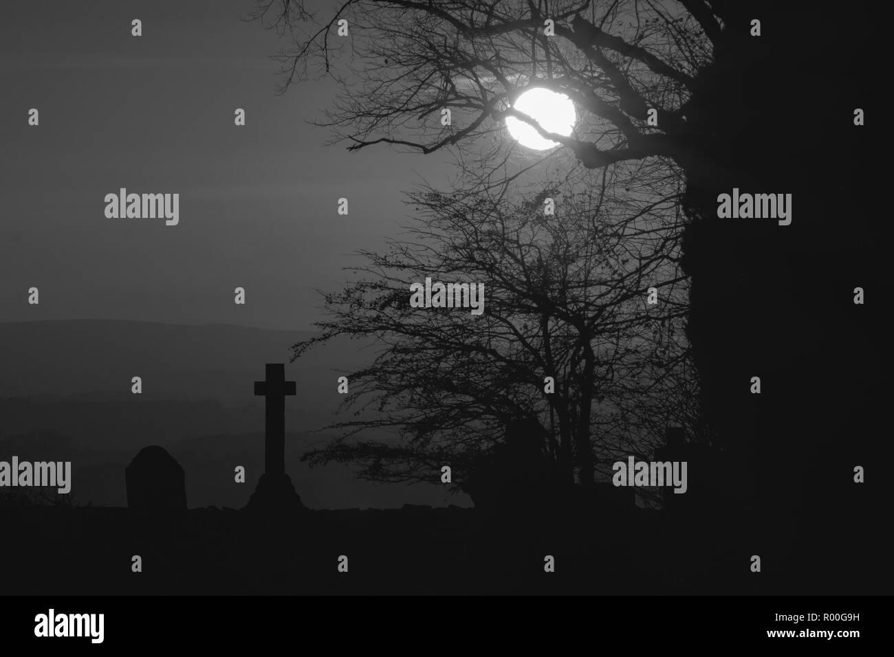 Sonnenuntergang über lansdown Friedhof mit der siloutte des Baums und Kreuz Grab in Schwarz und Weiß Stockbild
