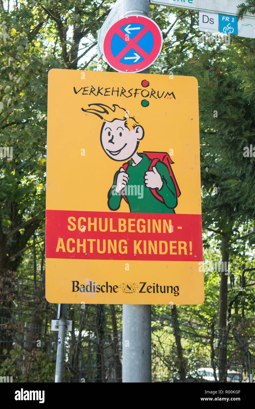 Zeichen den Fahrer zu warnen, dass es sich um den Anfang des Schuljahres und die Aufmerksamkeit der Schüler zu Zahlen an der Seite der Straße, Freiburg im Breisgau, Deutschland Stockbild