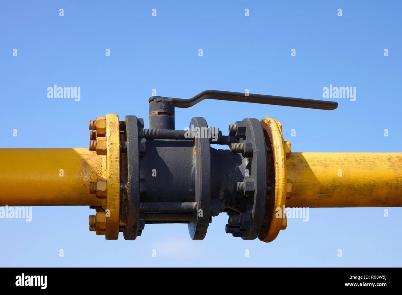 Das Gas, das auf dem Hintergrund der klaren blauen Himmel. Den Schwingungsdämpfer auf die Gasleitung blockieren Stockbild