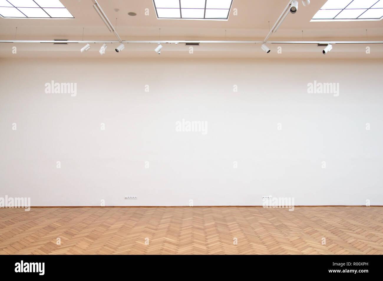 Große weiße Wand mit Holzboden Fliesen und Oberlichter Stockfoto ...