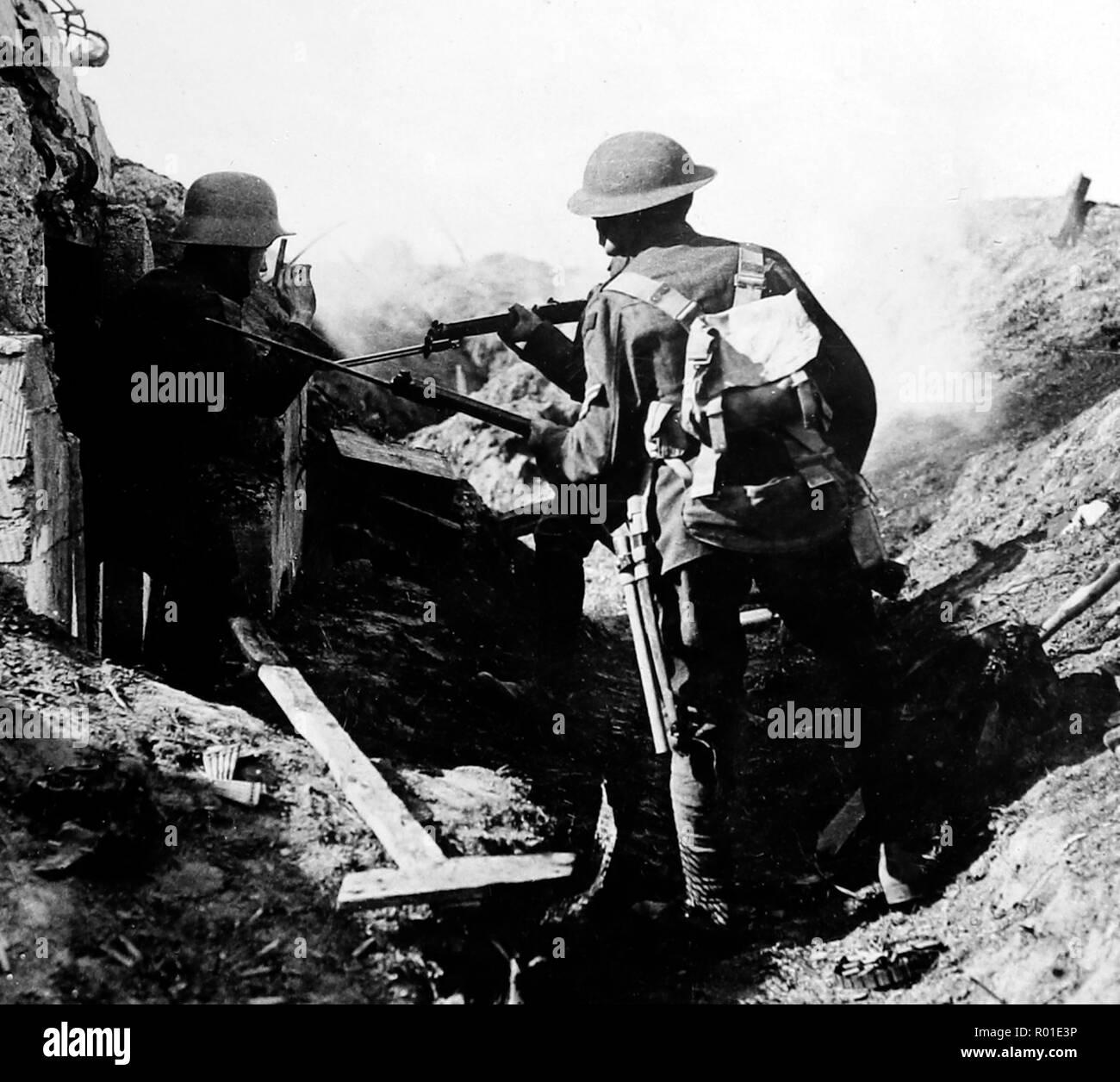 Einen gefangengenommenen deutschen machine Gunner an Croiselles während des Ersten Weltkriegs Stockbild