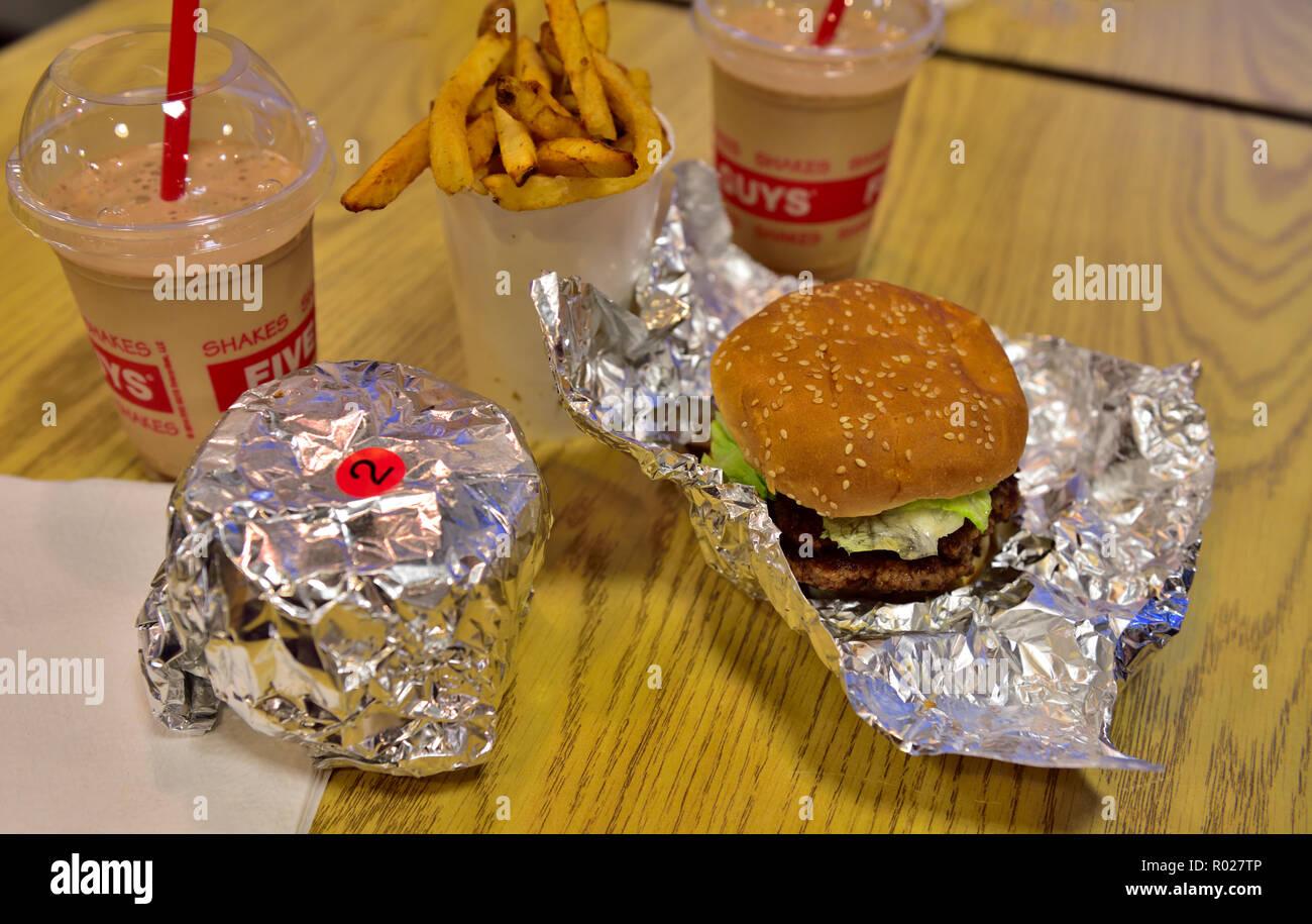 Hamburger Pommes Frites Und Milchshakes In Fünf Jungs Fast Food
