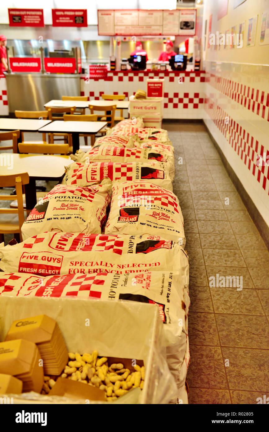 Innerhalb Fünf Jungs Fast Food Kette Serviert Burger Frische Pommes