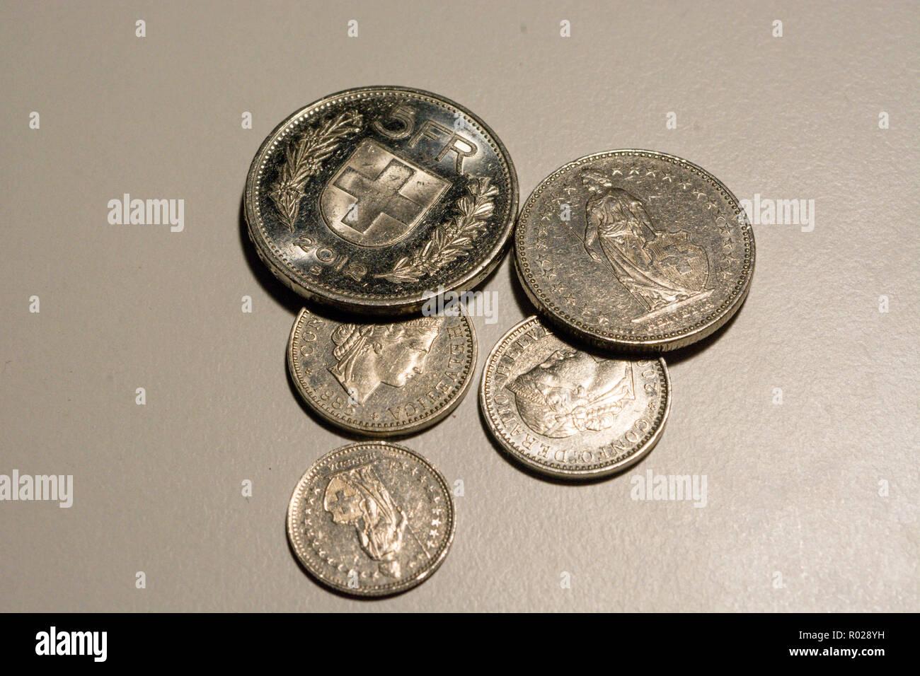 Schweizer Franken Münzen Auf Weißem Hintergrund Stockfoto Bild