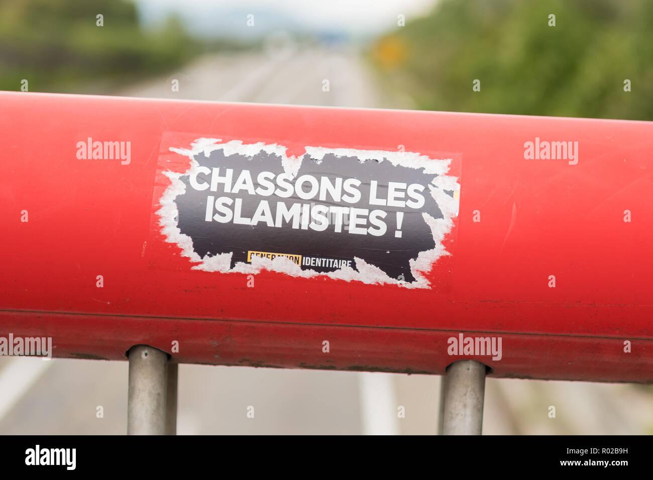 Generation der Identitätsproblematik Aufkleber Chassons Les Islamisten auf Brücke in Colmar, Frankreich, Europa Stockbild