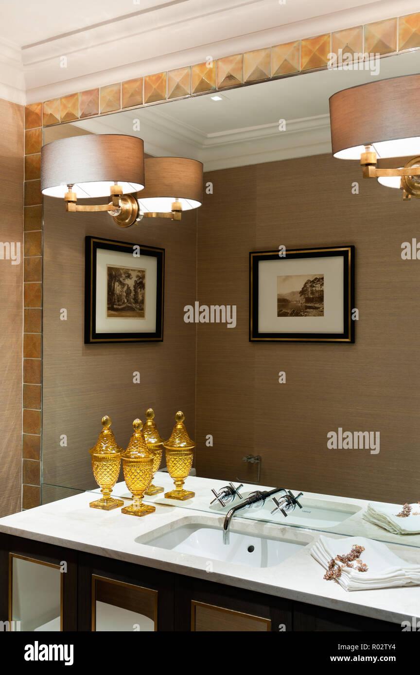 Badezimmer Waschbecken mit Spiegel leuchten auf Stockfoto, Bild ...