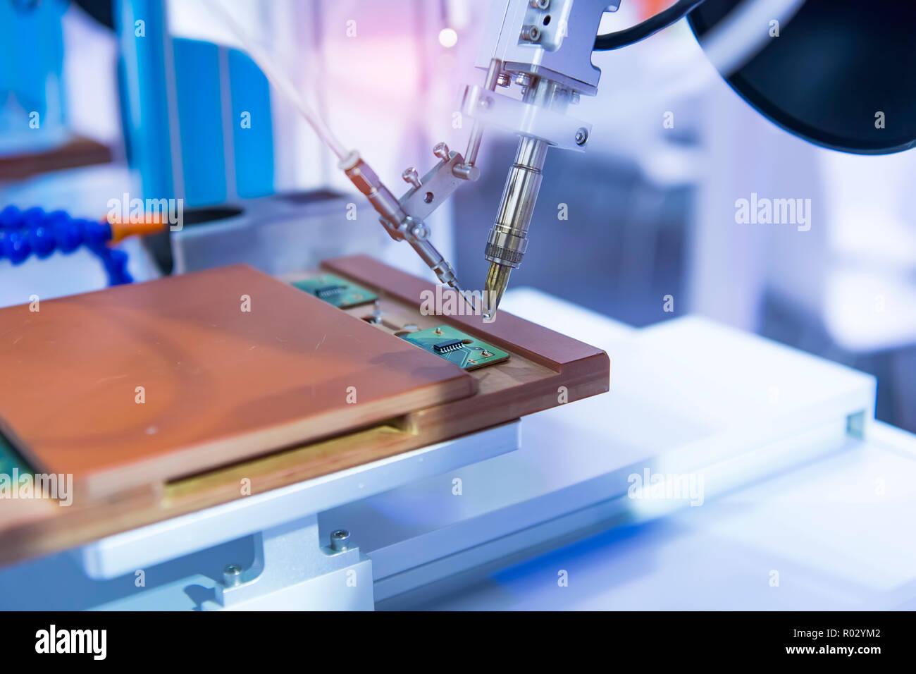 Lötkolben, Spitzen der Roboter für die automatische Punkt Löten für gedruckte und Montage Elektrische Platine (PCB) im Werk Stockbild