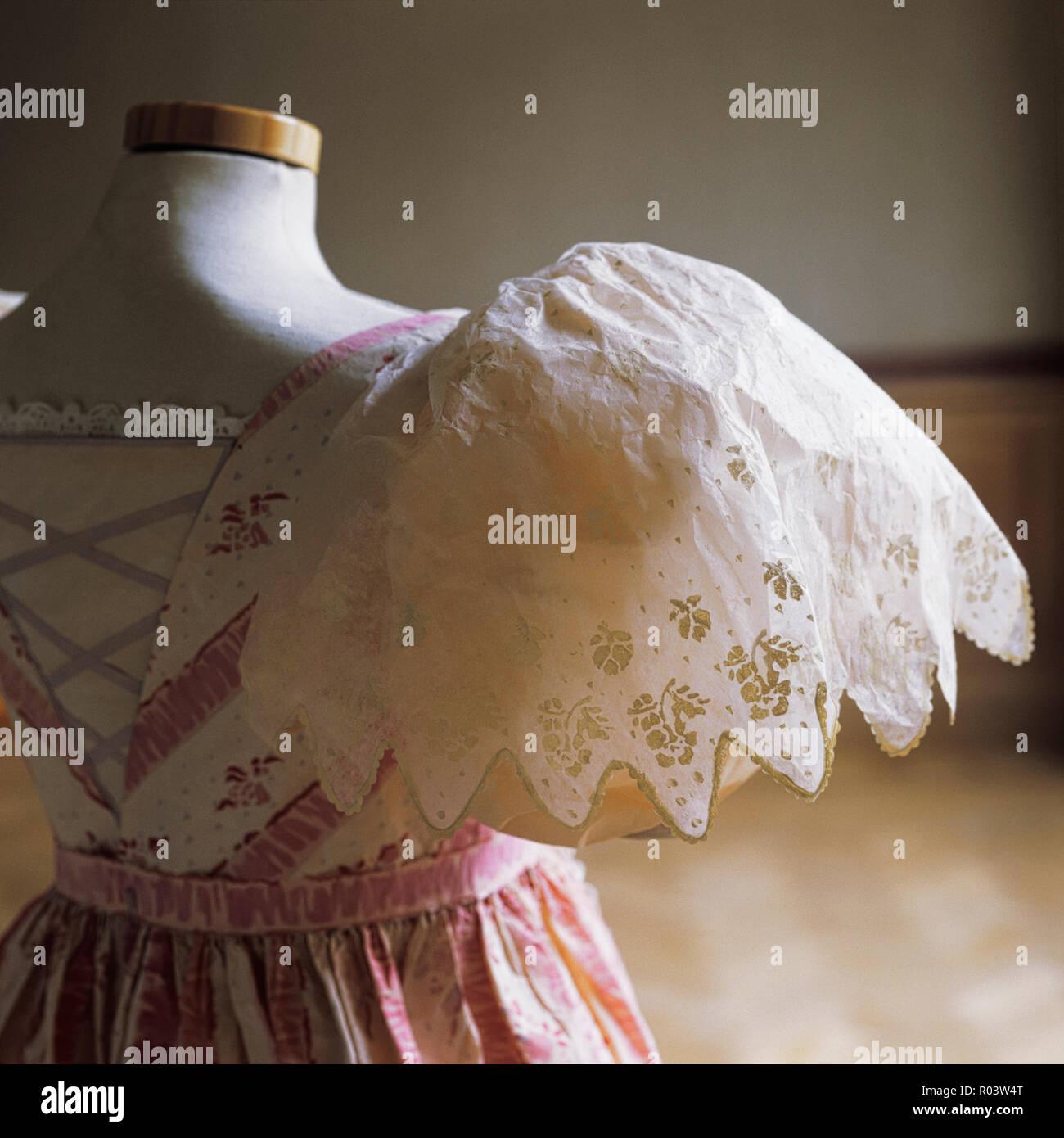 Papier Kleid mit Puffärmeln von Isabelle de Borchgrave Stockbild