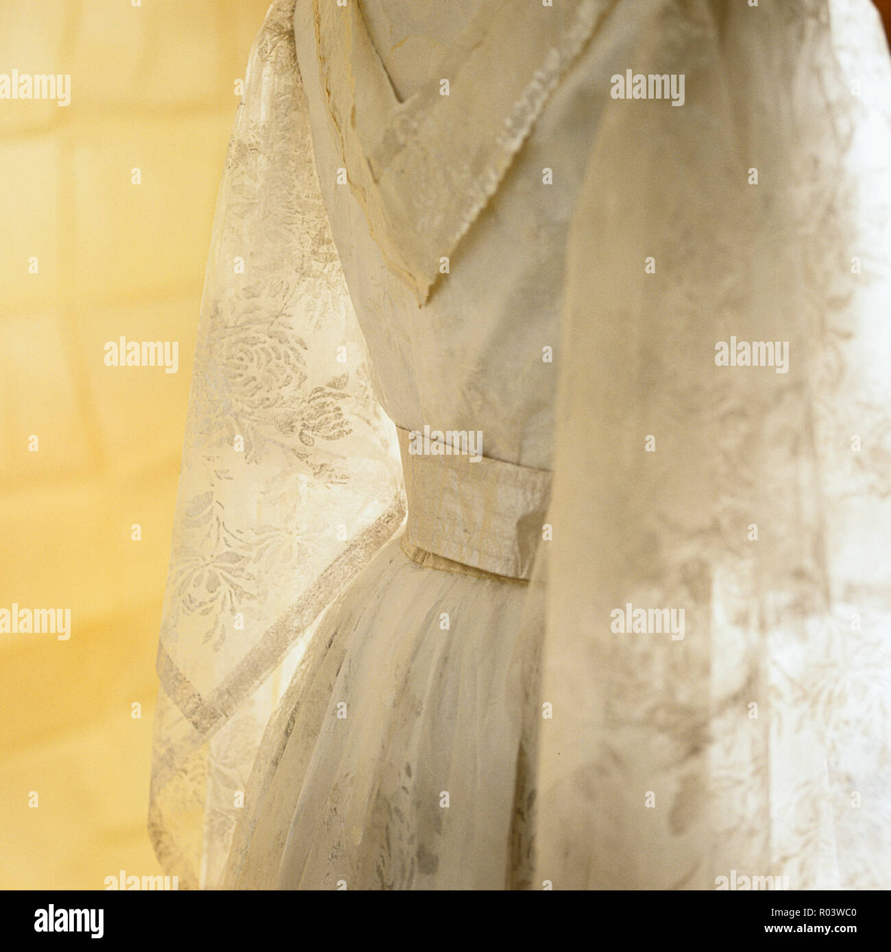 Papier Kleid von Isabelle de Borchgrave Stockbild