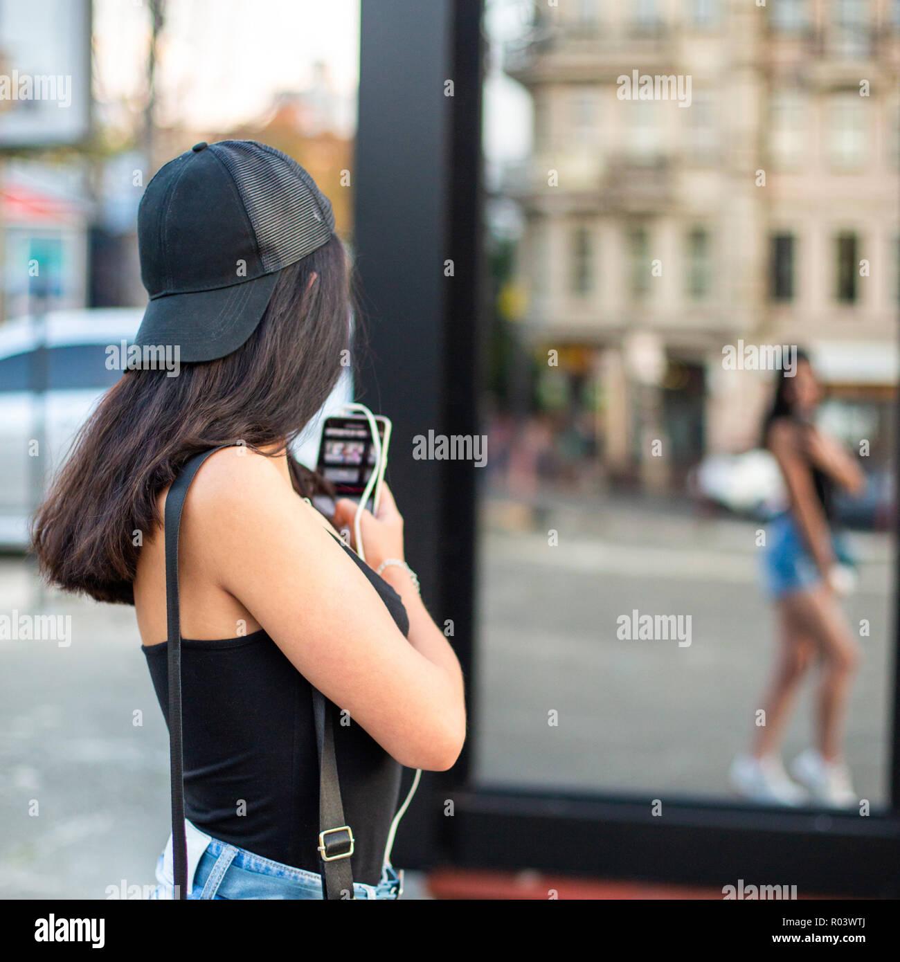 Eine Junge Schöne Mädchen Fotos Mit Einem Smartphone Auf Ihr