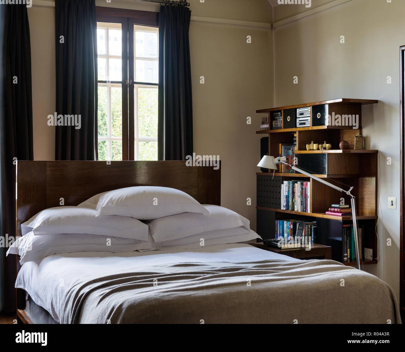 Schlafzimmer Mit Bucherregal Stockfotografie Alamy