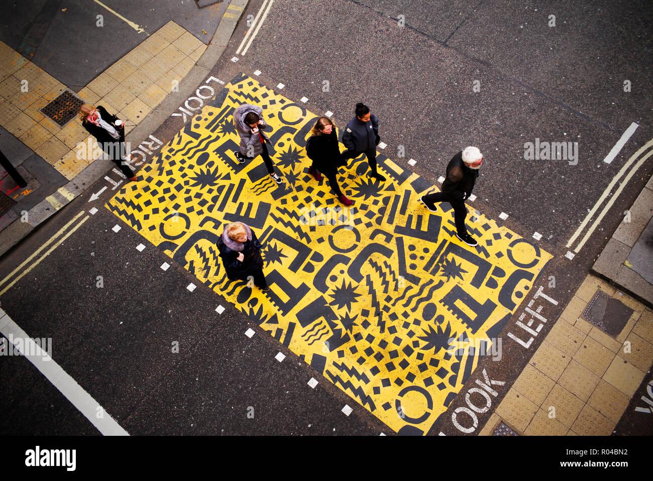 In der City of London, London England UK Barbican. Oktober 2018. Farbenfrohe Kreuzungen, mit einem maßgeschneiderten street Design von Eley Kishimoto Stockbild