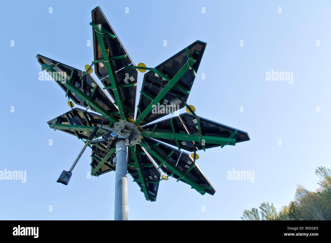 Solar Array, gekennzeichnet als 'Solar Photovoltaik Flair' messen 17 ft. Durchmesser, einem Gewicht von ca. 1200 kg, Elektrofahrzeuge Ladestation. Stockbild
