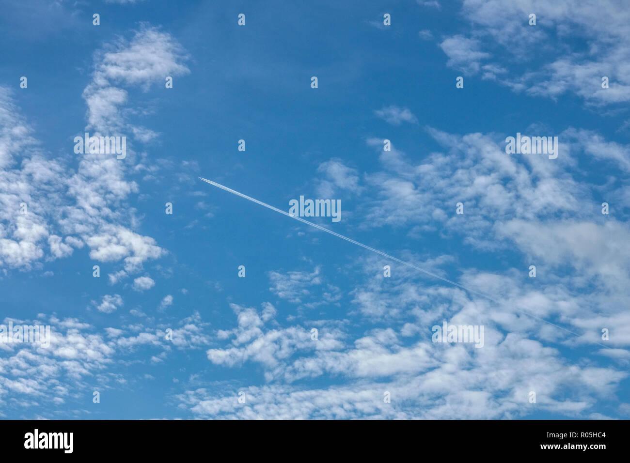 Wolken -, Flugzeug Kondensstreifen Stockbild
