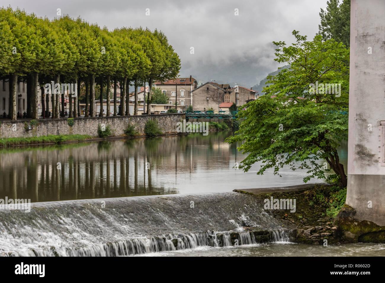 Damm am Fluss Salat in dem Dorf Saint Girons und im Hintergrund sehen Sie die Pyrenäen. Frankreich Stockbild
