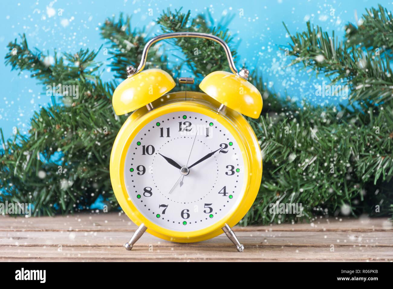 Tannenbaum Der Schneit.Alten Retro Clock Am Schreibtisch Und Weihnachten Tannenbaum Im