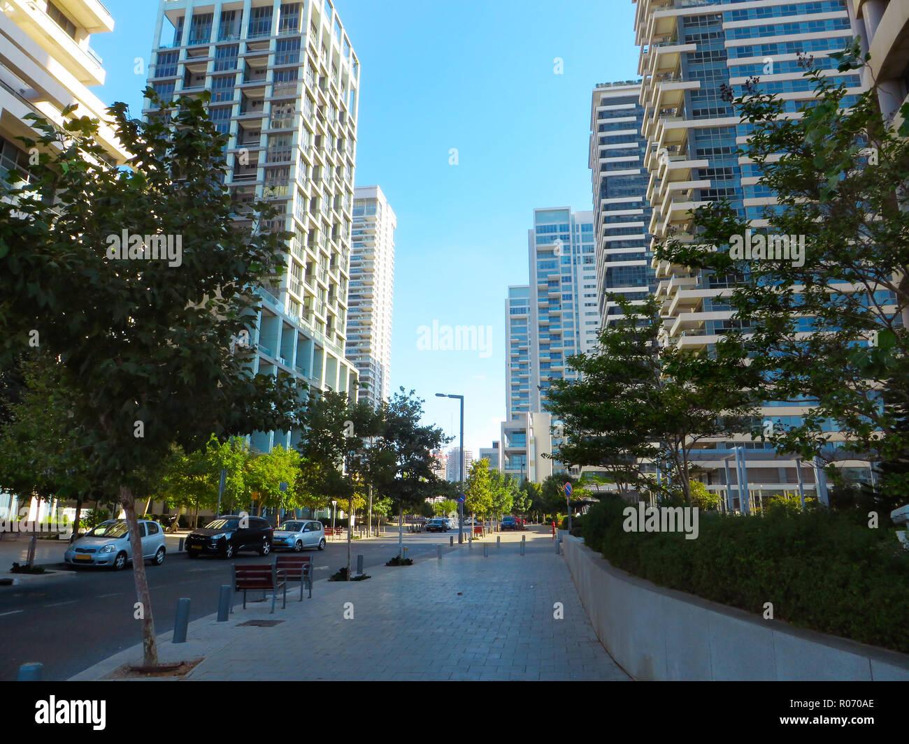 Neue Wohngebiete in der Nähe der Zentrum von Tel Aviv. Nicht weit vom Mittelmeer. Sommer 2018 Stockbild
