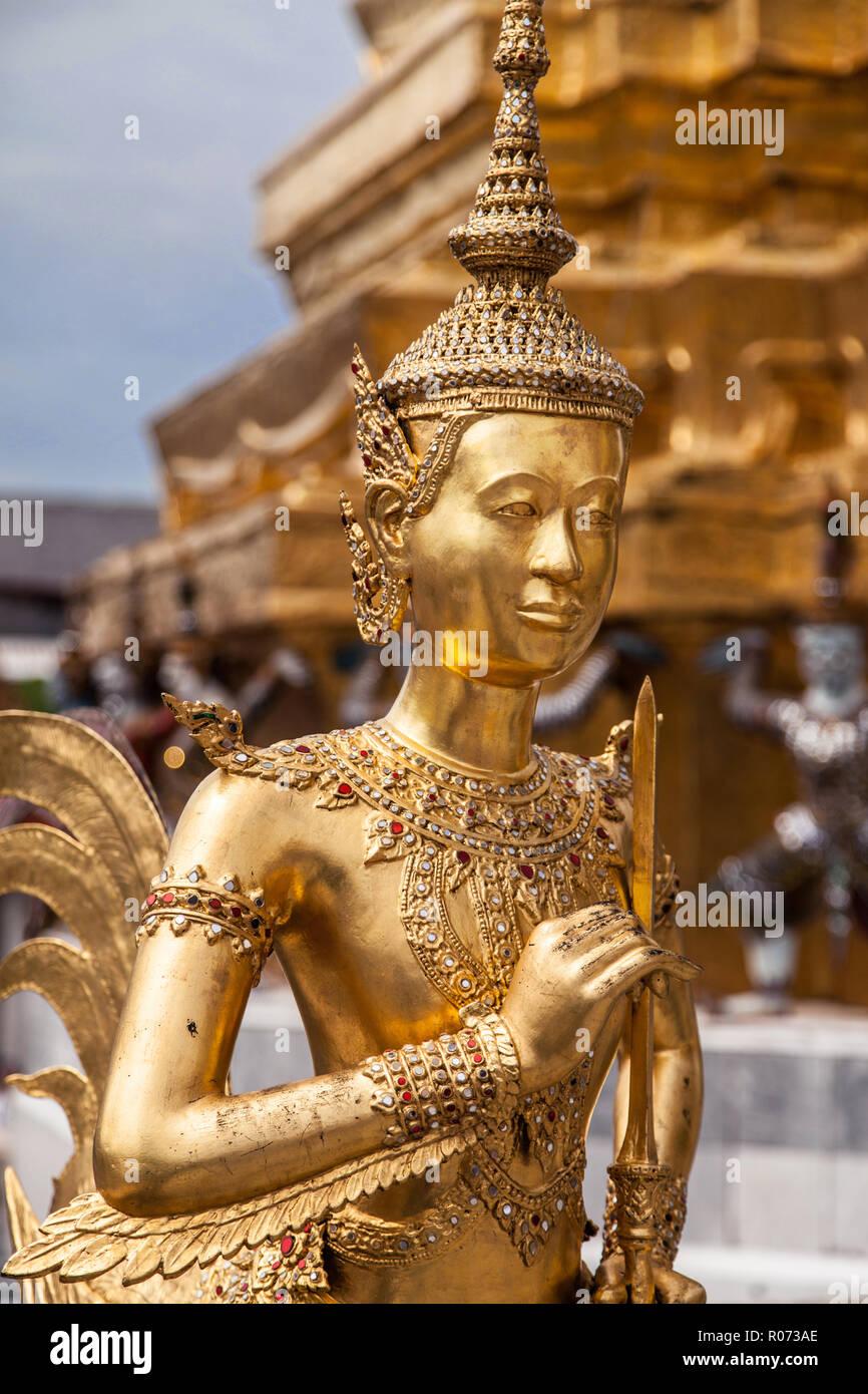 Statue eines Kinnara, ein Fabelwesen mit dem oberen Körper einer jungen Frau und der untere Teil des Körpers eines Vogels, in Wat Phra Kaew, Bangkok, Thailand. Stockbild
