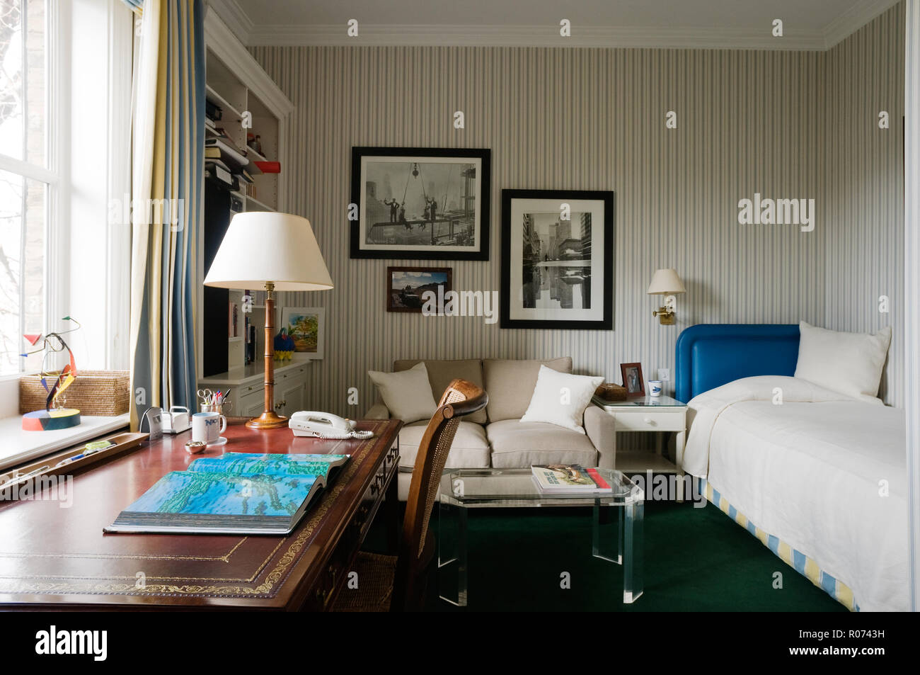 Schlafzimmer mit Schreibtisch und Sofa Stockfoto, Bild: 223891685 ...