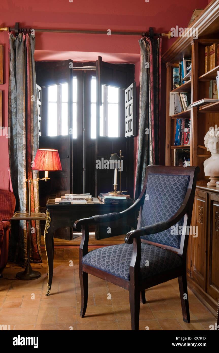 Gemusterte Sessel mit Schreibtisch im Wohnzimmer Stockfoto ...