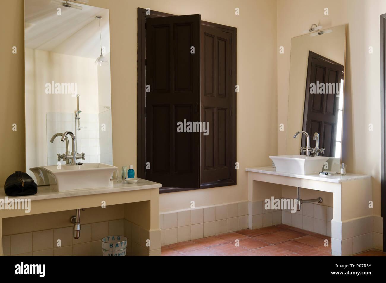 Zwei Waschbecken Von Fensterladen Aus Holz Im Bad Stockfoto Bild