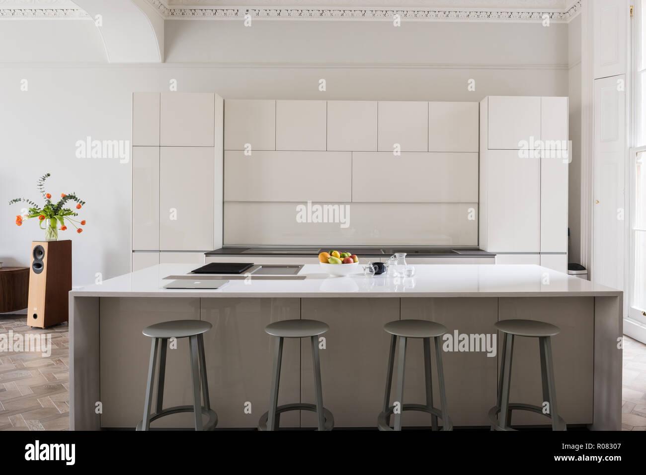 Weiße Küche mit Hocker Stockfoto, Bild: 223912759 - Alamy