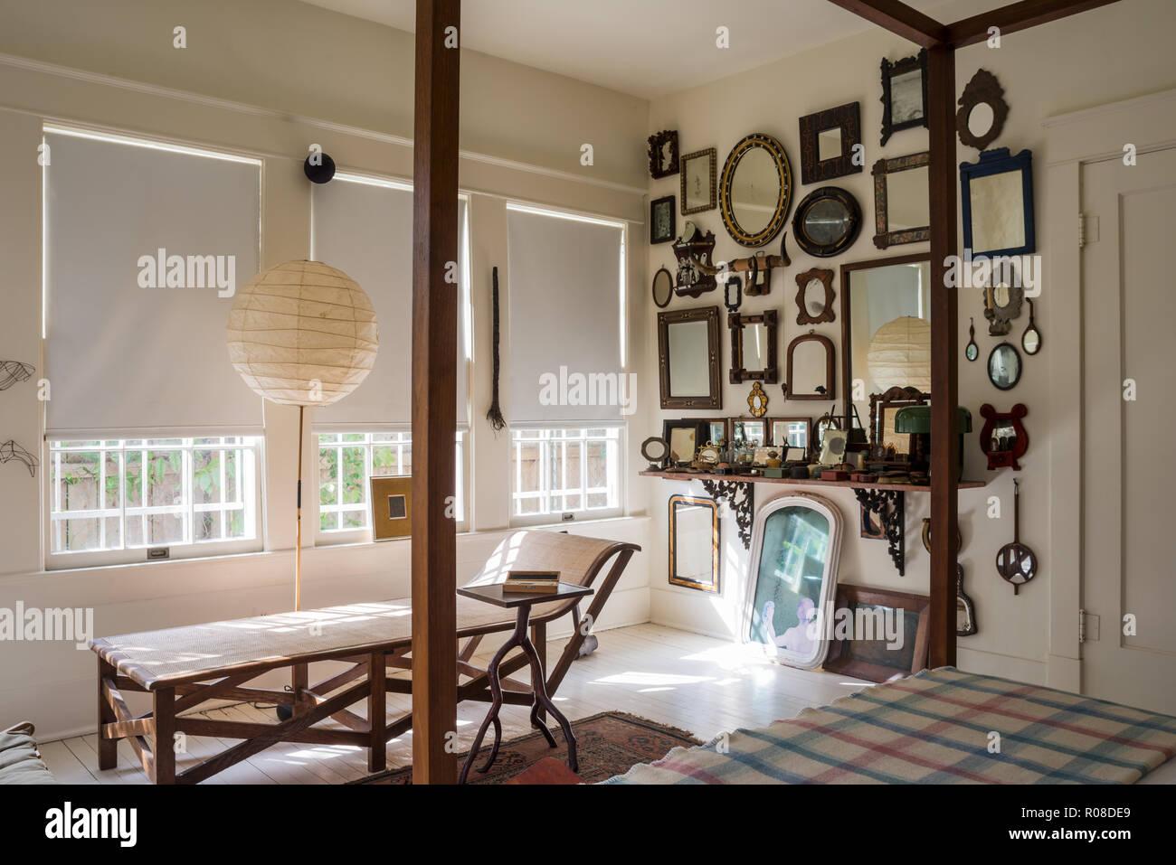 Spiegel Im Schlafzimmer An Der Wand Stockfotografie Alamy