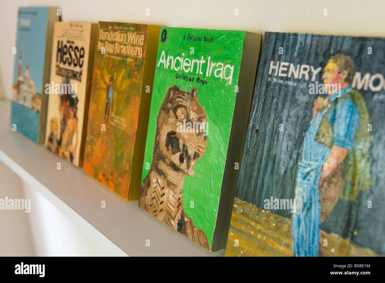 Alte Bücher im Regal Stockfoto