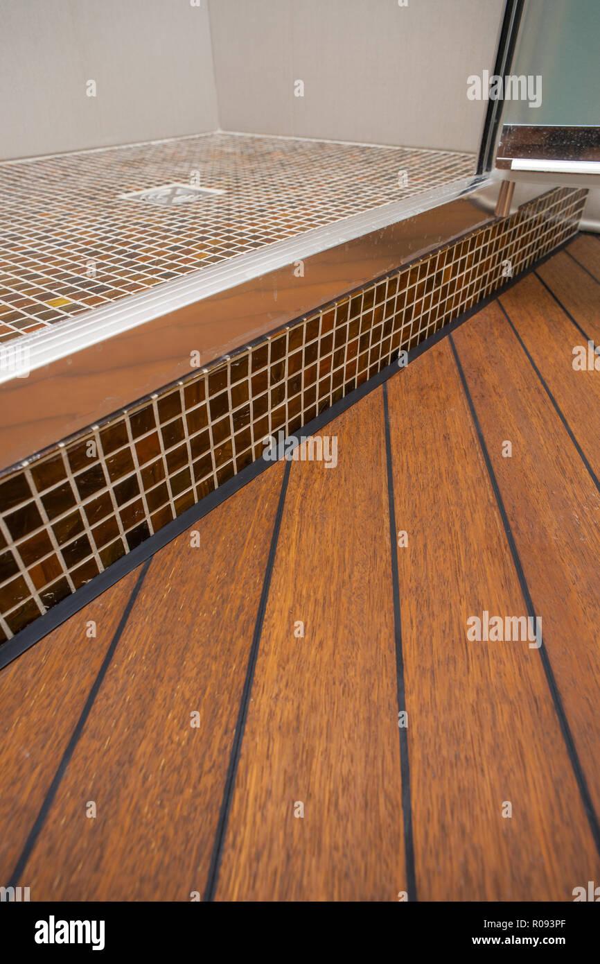 Keramische Fliesen und Parkett im Badezimmer Stockfoto, Bild ...