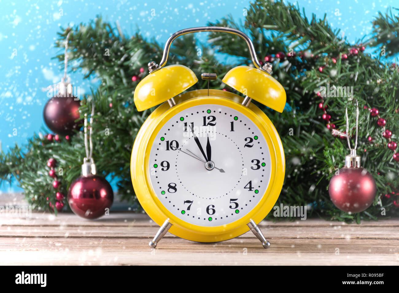 Weihnachtsbaum Schneit.Gelb Retro Uhr Auf Hölzernen Schreibtisch Und Tanne Weihnachtsbaum