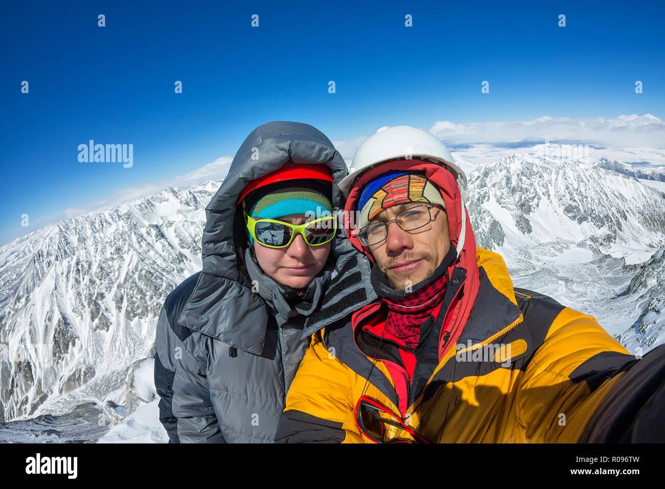 save off b7b03 4f9b2 Selfie paar Bergsteiger in Helm und Jacke auf den Gipfel des ...