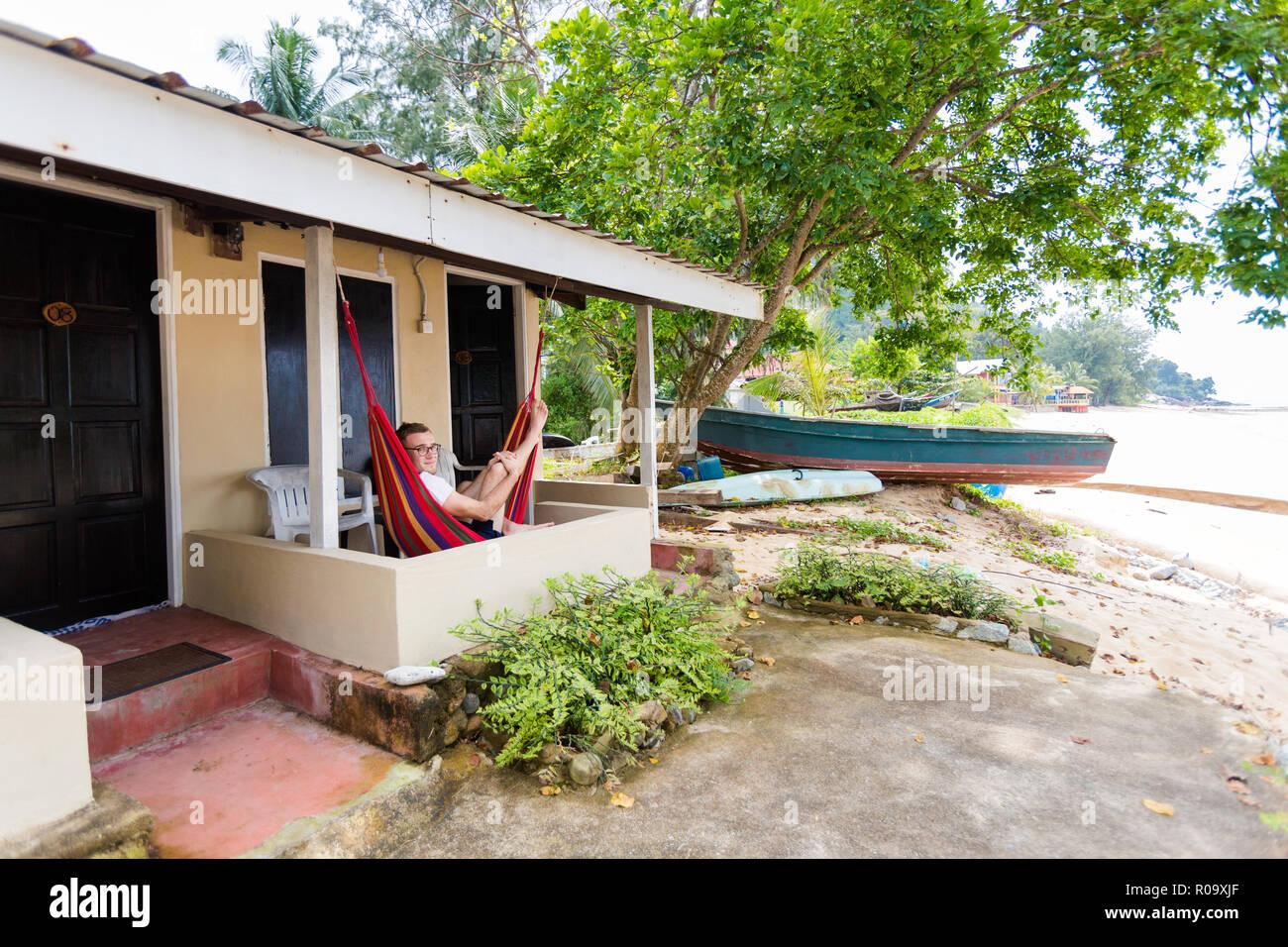 Jungen Touristen Entspannen Auf Hangematte Auf Hotel Balkon Auf Der
