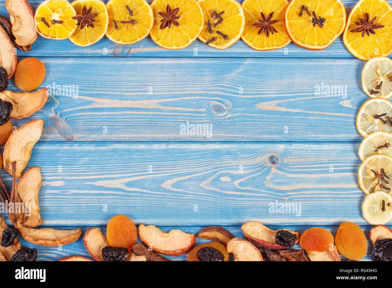 Rahmen der getrockneten Früchte und Gewürze für die Zubereitung von Getränken oder Kompott, plaace für Text oder Inschrift auf Leiterplatten Stockbild