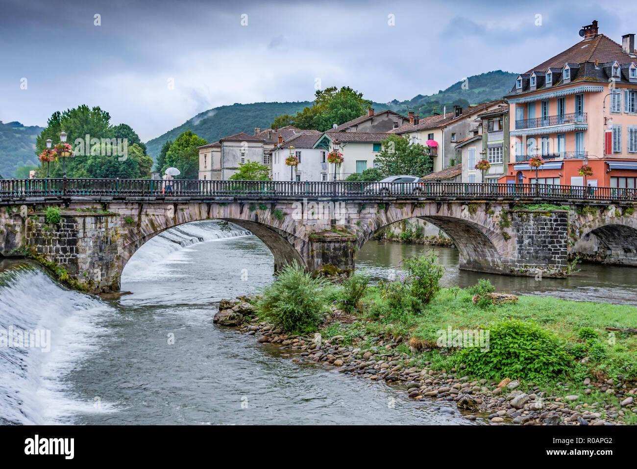 Alte Brücke über den Fluss Salat im zentralen Teil des alten Dorfes Saint Girons. Ariege Frankreich Stockbild
